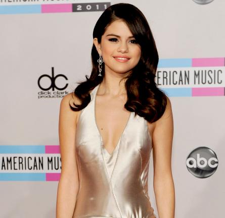 Selena Gomez in Giorgio Armani | 2011 American Music Awards