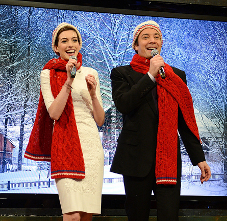 Anne Hathaway in Cushnie et Ochs   'Late Night With Jimmy Fallon'